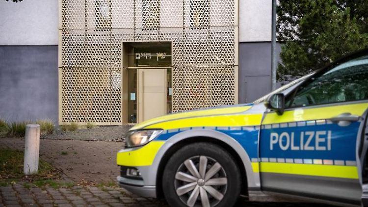 Ein Einsatzfahrzeug der Polizei steht vor der Synagoge der Liberalen Jüdischen Gemeinde Hannover. Foto: Sina Schuldt/dpa