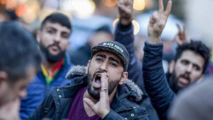 Kurden protestieren im Hamburger Schanzenviertel gegen die türkische Militäroffensive in Nordsyrien. Foto: Axel Heimken/dpa