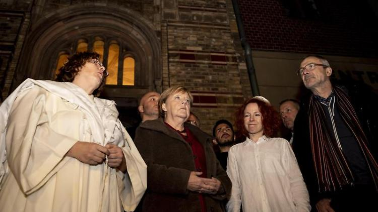 Ederberg (l.-r.), Rabbinerin der Neuen Synagoge Berlin, Merkel (CDU), Gerstetter, jüdische Kantorin, und Beck (Grüne). Foto: Christoph Soeder/dpa