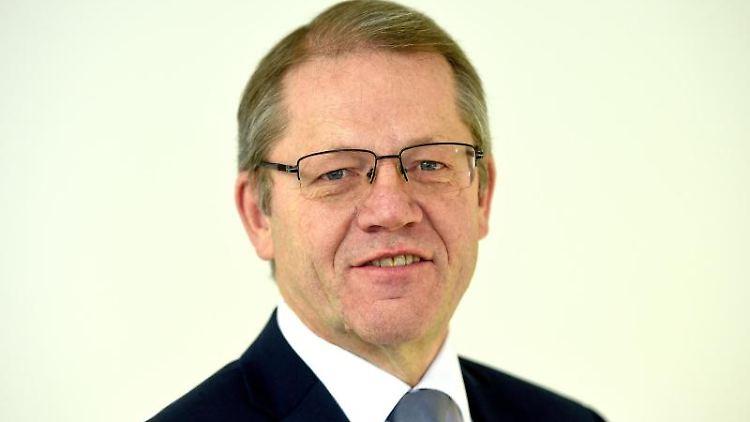 Horst Schrage, Hauptgeschäftsführer der IHK Niedersachsen, beantwortet Fragen von Journalisten. Foto: Holger Hollemann/dpa