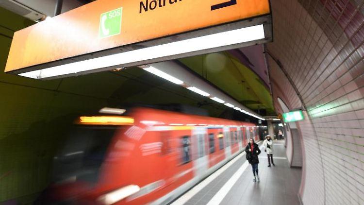 Ein S-Bahn fährt in die Station Ostendstraße ein, in der ein Schild mit der Aufschrift