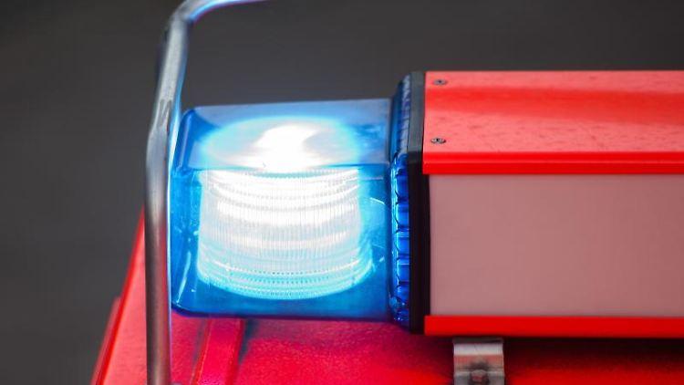 Ein Löschfahrzeug der Feuerwehr steht nach einer Übung mit eingeschaltetem Blaulicht an der Feuerwache. Foto: Daniel Bockwoldt/dpa