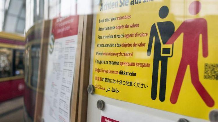 Ein Hinweisplakat warnt auf dem Bahnhof Alexanderplatz inBerlin in mehreren Sprachen vor Taschendiebstahl. Foto: Christophe Gateau/dpa