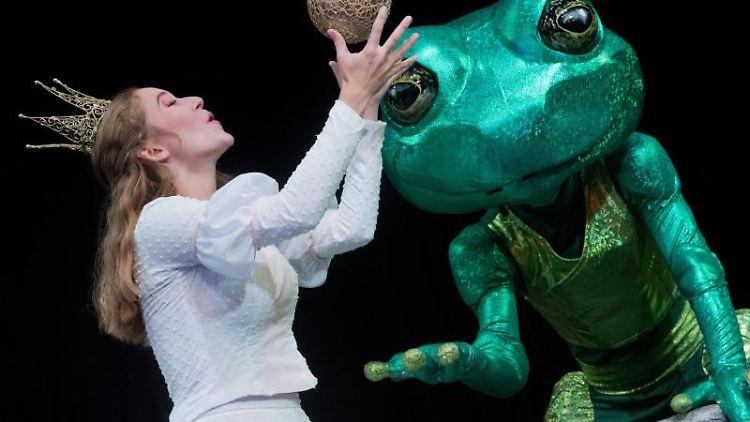 Die Schauspieler Marie-Luise Gerlach als Prinzessin und Erik Gätjen als Frosch stehen während einer Probe auf der Bühne. Foto: Stefan Sauer/dpa