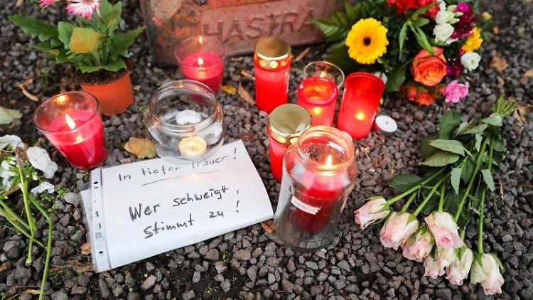 Kerzen, Blumen und ein Zettel mit der Aufschrift