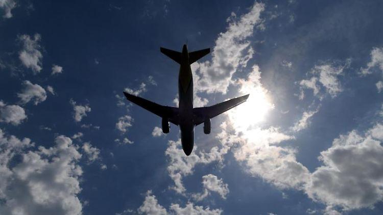 Ein Verkehrsflugzeug setzt zur Landung an. Foto: Federico Gambarini/dpa