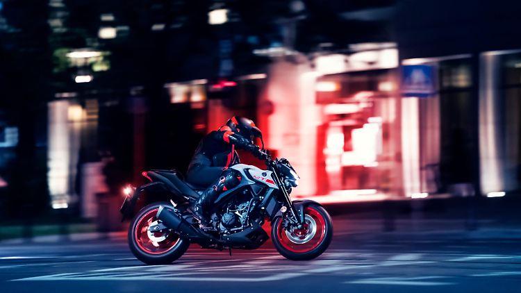 2020-Yamaha-MT320-EU-Ice_Fluo-Action-002-03.jpg