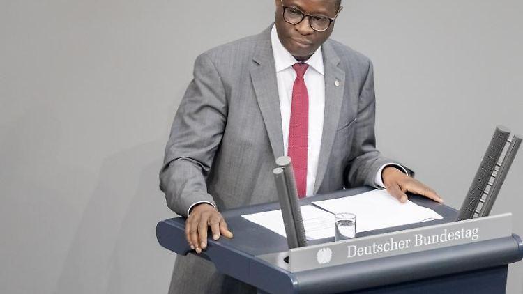 Karamba Diaby (SPD) fordert die Menschen zu mehr Engagement gegen Hass in sozialen Medien auf. Foto: Christoph Soeder/dpa