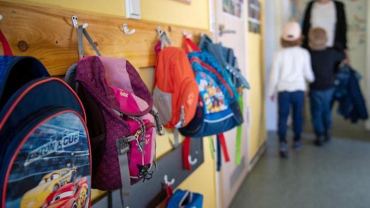 Kinderrucksäcke hängen an einer Garderobe. Foto: Monika Skolimowska/zb/dpa