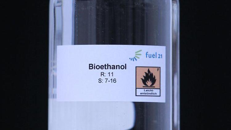 Ein Flasche mit Bioethanol. Foto: Jens Wolf/dpa-Zentralbild/dpa