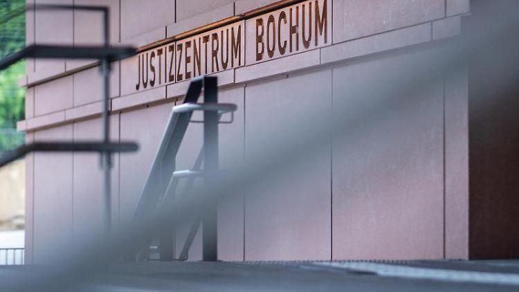 An der Treppe stehen beim Landgericht die Wörter: