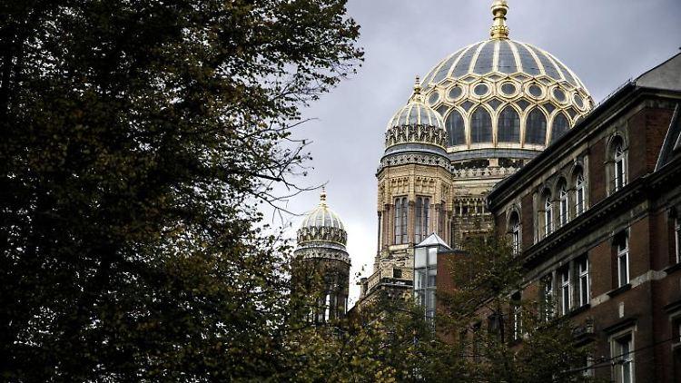 Dunkle Wolken ziehen an der Neuen Synagoge in Berlin vorbei. Foto: Carsten Koall/dpa