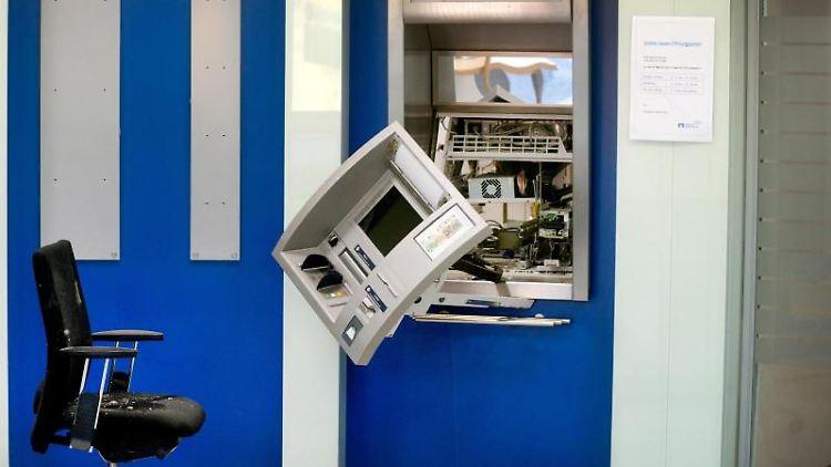 Ein aufgesprengter Geldautomat hängt im Vorraum einer Bank. Foto: Arnulf Stoffel/dpa