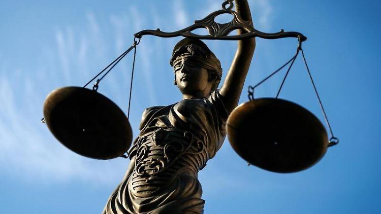 Eine Statue der Justitia hält als Symbol der Gerechtigkeit eine Waage in ihrer Hand. Foto: David-Wolfgang Ebener/dpa
