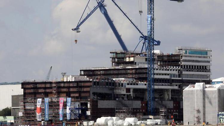 In der Warnemünder Werft von MV Werften ist das Mittelteil des Global Class Kreuzfahrtschiffs im Bau. Foto: Bernd Wüstneck/zb/dpa