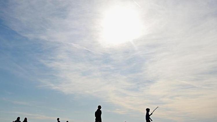Zahlreiche Menschen nutzen die spätsommerlichen Temperaturen für Aktivitäten in der Natur. Foto: Nicolas Armer/dpa