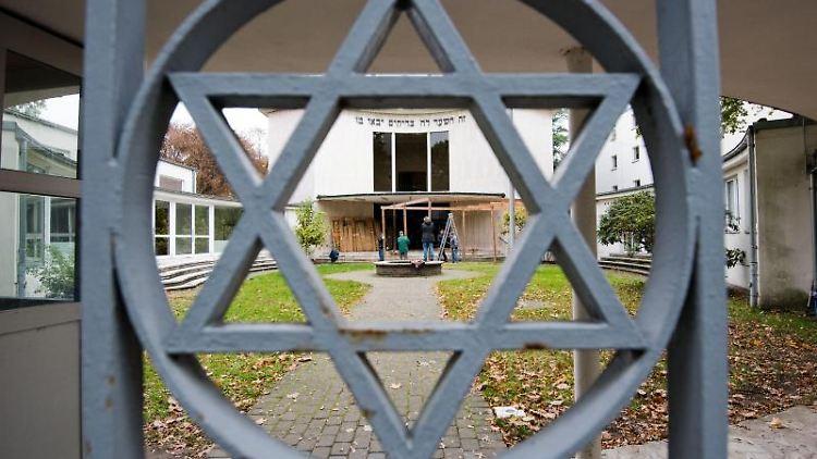Ein Davidstern ist am Metallzaun am Eingang zur Synagoge einer Jüdischen Gemeinde zu sehen. Foto: Julian Stratenschulte/dpa