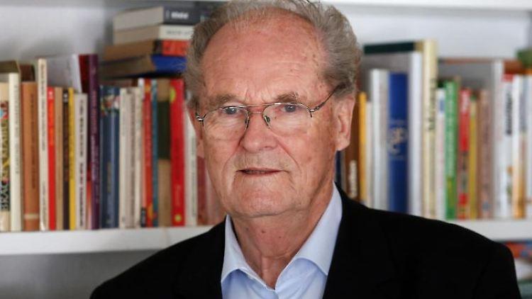 Prof. Dr. Horst Klinkmann steht vor einem gefüllten Bücherregal. Foto: Bernd Wüstneck/dpa-Zentralbild/dpa