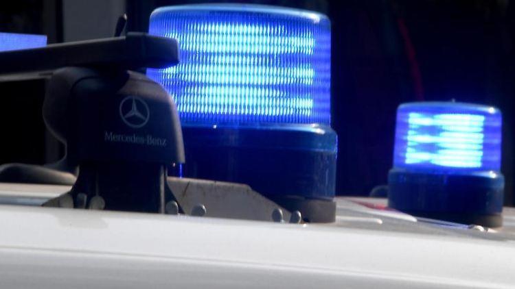 Blaulichter auf den Dächern von Polizeifahrzeugen. Foto: Carsten Rehder/dpa