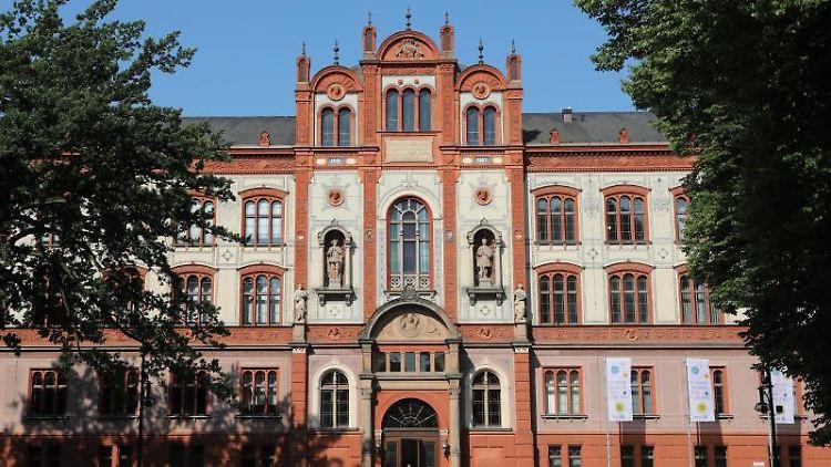 Die Frontseite der 1419 gegründeten Universität Rostock im Zentrum der Stadt ist zu sehen. Foto: Bernd Wüstneck/dpa