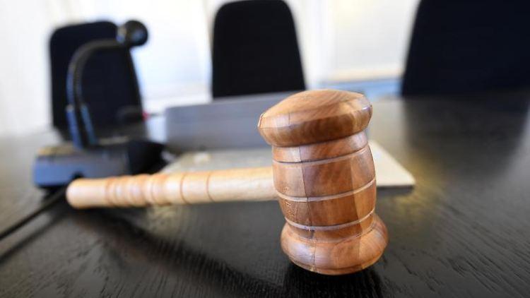 Auf der Richterbank liegt ein Richterhammer. Foto: Uli Deck/dpa