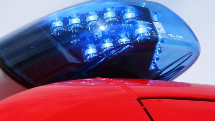 Leuchtendes Blaulicht einer Feuerwehr. Foto: Stephan Jansen/dpa