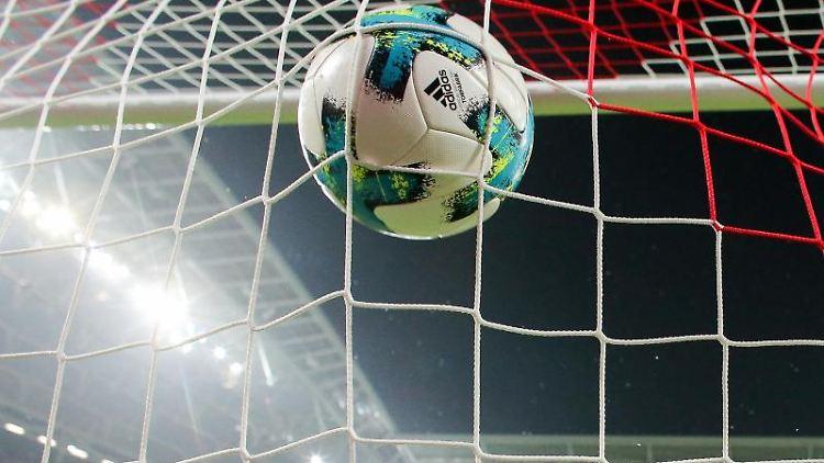 Ein Ball geht ins Netz. Foto: Jan Woitas/dpa-Zentralbild/dpa