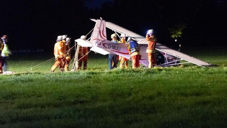 Feuerwehrleute stehen neben einem abgestürzten Sportflugzeug nahe Bad Wörishofen.. Foto: Jeremy Rizer/Wertach Media /dpa