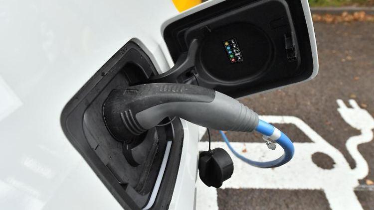 Der Akku eines Elektroautos wird an einer Ladestation geladen. Foto: Hendrik Schmidt/zb/dpa