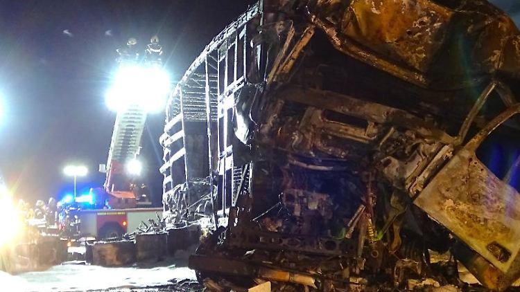 Ein ausgebranntes LKW-Wrack steht auf der Autobahn 14 (A14). Foto: Matthias Strauss/dpa