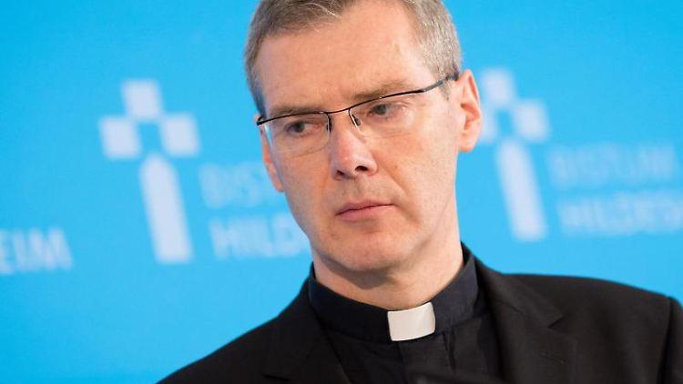 Heiner Wilmer, Bischof von Hildesheim, nimmt an einer Pressekonferenz teil. Foto: Moritz Frankenberg/dpa