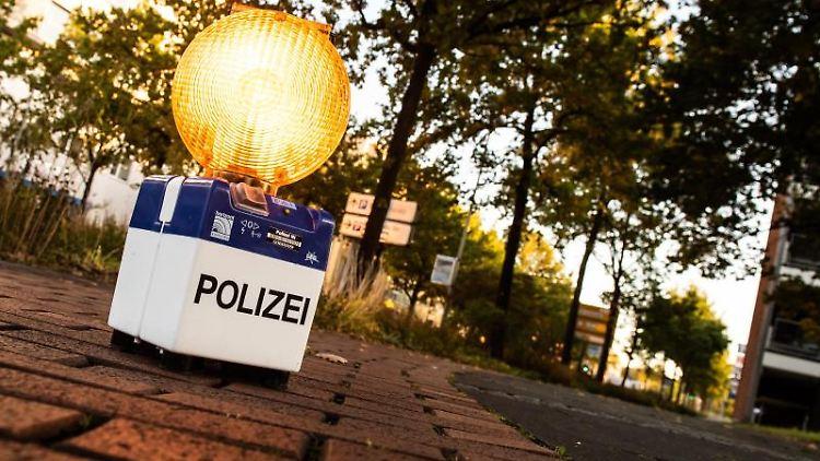 Eine Warnleuchte der Polizei steht während einer Evakuierung nach dem Fund einer mutmaßliche Fliegerbombe auf einem Radweg am Bahnhof in Richtung Fundort. F. Foto: Swen Pförtner/dpa