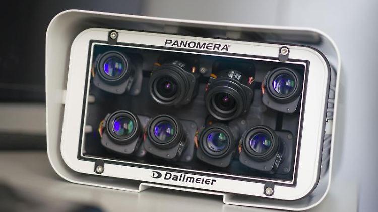 Eine neue Überwachungskamera mit acht Objektiven. Foto: Frank Rumpenhorst/dpa
