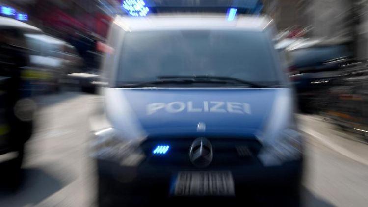Polizeiwagen mit Blaulicht. Foto: Carsten Rehder/dpa