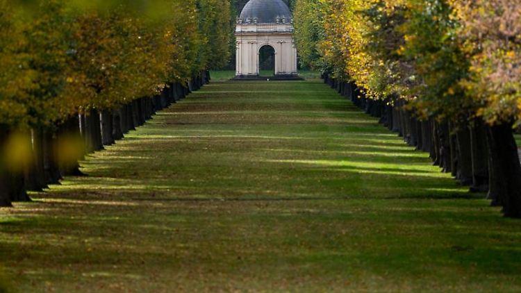 Ein Pavillon in den Herrenhäuser Gärten zwischen herbstlichen Bäumen. Foto: Peter Steffen/dpa