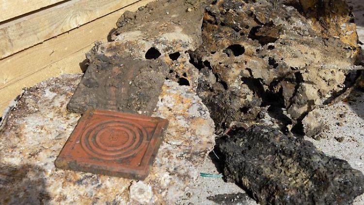 Reste von Blechfässern, Schlacke und Tonziegel, die irrtümlich für eine Weltkriegsbombe gehalten wurden. Foto: Swen Pförtner/dpa