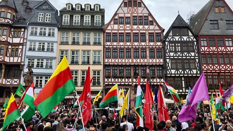 Eine Protestaktion gegen die türkische Militäroffensive in Nordsyrien, hier in Frankfurt (Main). Foto: Amadeus Ulrich/dpa