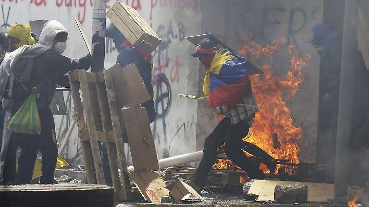 Krise in Ecuador: Vermummte stürmen Regierungsgebäude