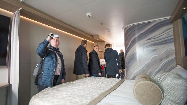 Besucher besichtigen am Tag der offenen Tür der MV Werften ein Wohnmodul der Global-Class-Kreuzfahrtschiffe. Foto: Frank Hormann/dpa