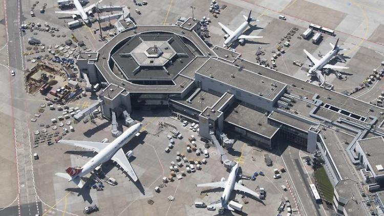 Passagierflugzeuge internationaler Airlines am Terminal 1 des Frankfurter Flughafens. Foto: Boris Roessler/dpa