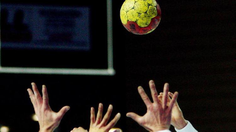 Ein Handball-Spiel. Foto: Boris Roessler/dpa