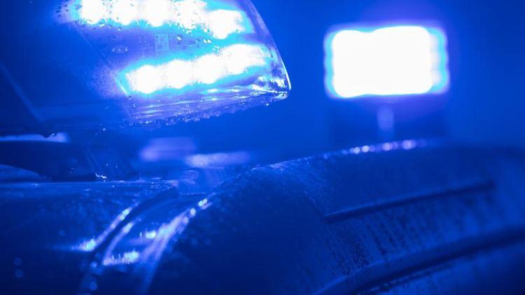 Blaulichter leuchten auf einem Streifenwagen der Polizei. Foto: Jens Büttner/zb/dpa