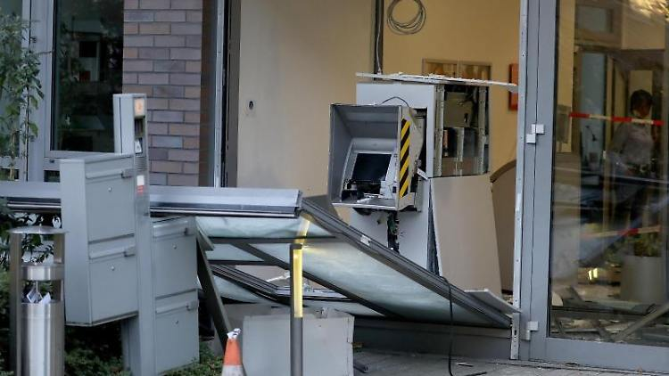 Ein zerstörter Geldautomat steht in der Filiale einer Bank. Foto: Oliver Berg/dpa
