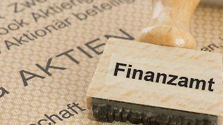 Dem deutschen Staat dürfte die seit Langem geforderte Börsensteuer 1,2 Milliarden Euro in die Kasse spülen.