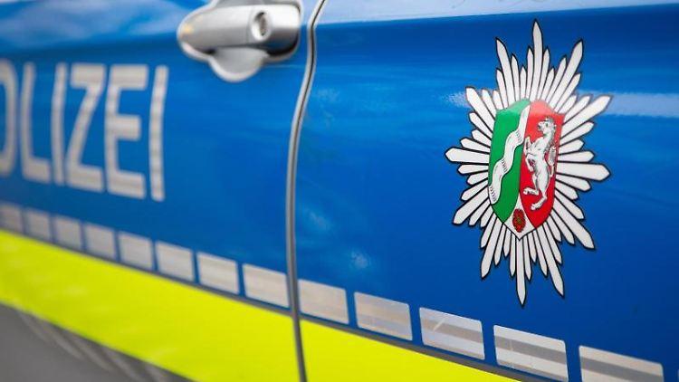 Ein Polizeiauto des Landes NRW mit Emblem steht auf einer Straße. Foto: Friso Gentsch/dpa