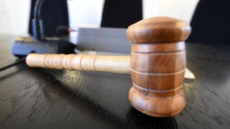Auf einer Richterbank im Landgericht liegt ein Richterhammer aus Holz. Foto: Uli Deck/dpa