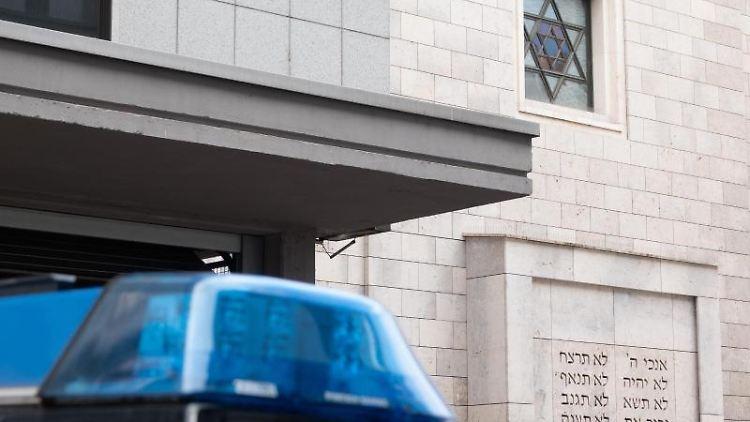 Ein Polizeiauto steht vor einer Synagoge in Stuttgart. Foto: Gregor Bauernfeind/dpa/Archivbild