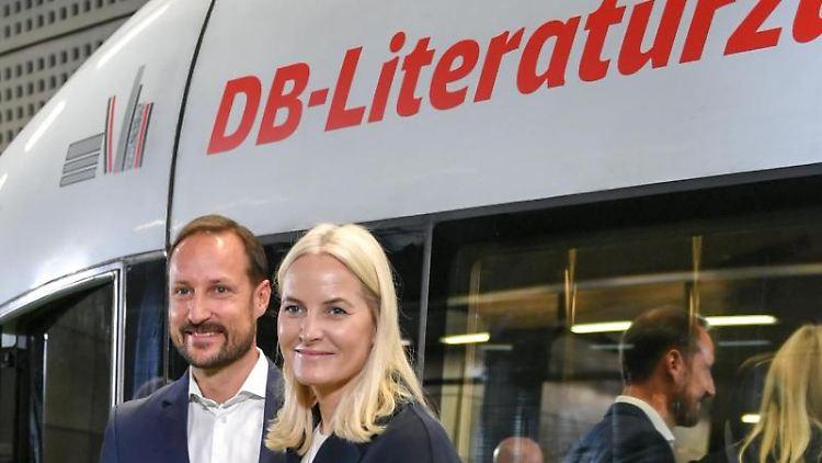 Haakon, Kronprinz von Norwegen, und Kronprinzessin Mette-Marit vor dem Literaturzug. Foto: Jens Kalaene/dpa-Zentralbild/dpa