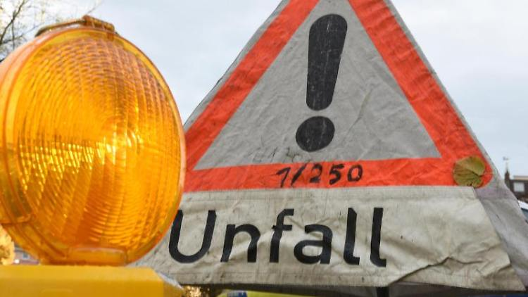 Ein Warnschild weist auf einen Unfall hin. Foto: Patrick Seeger/dpa/Archivbild