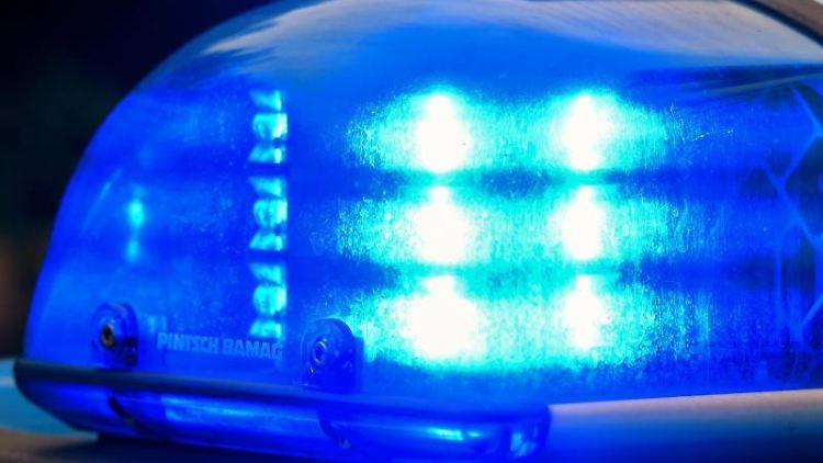 Ein Blaulicht auf dem Dach eines Einsatzwagens der Polizei. Foto: Patrick Pleul/zb/dpa/Archivbild